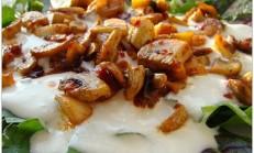 Sarımsak Soslu Mantarlı Kuzukulağı Salatası Tarifi