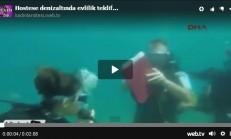 Hostese deniz altında evlilik teklif etti
